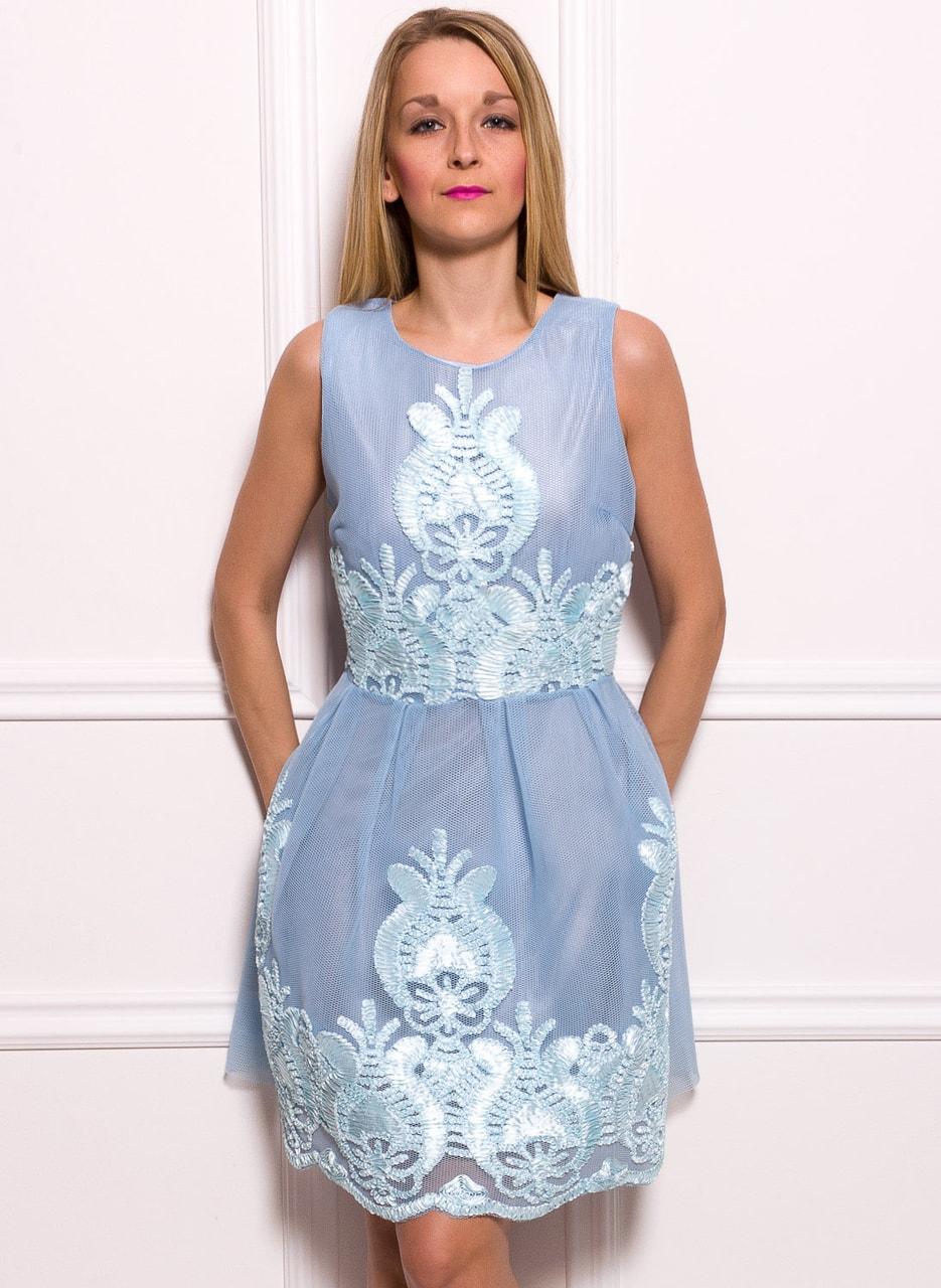 Dámské elegantní šaty s vyšitým motivem - světle modrá - Due Linee ... 2f481cd4de