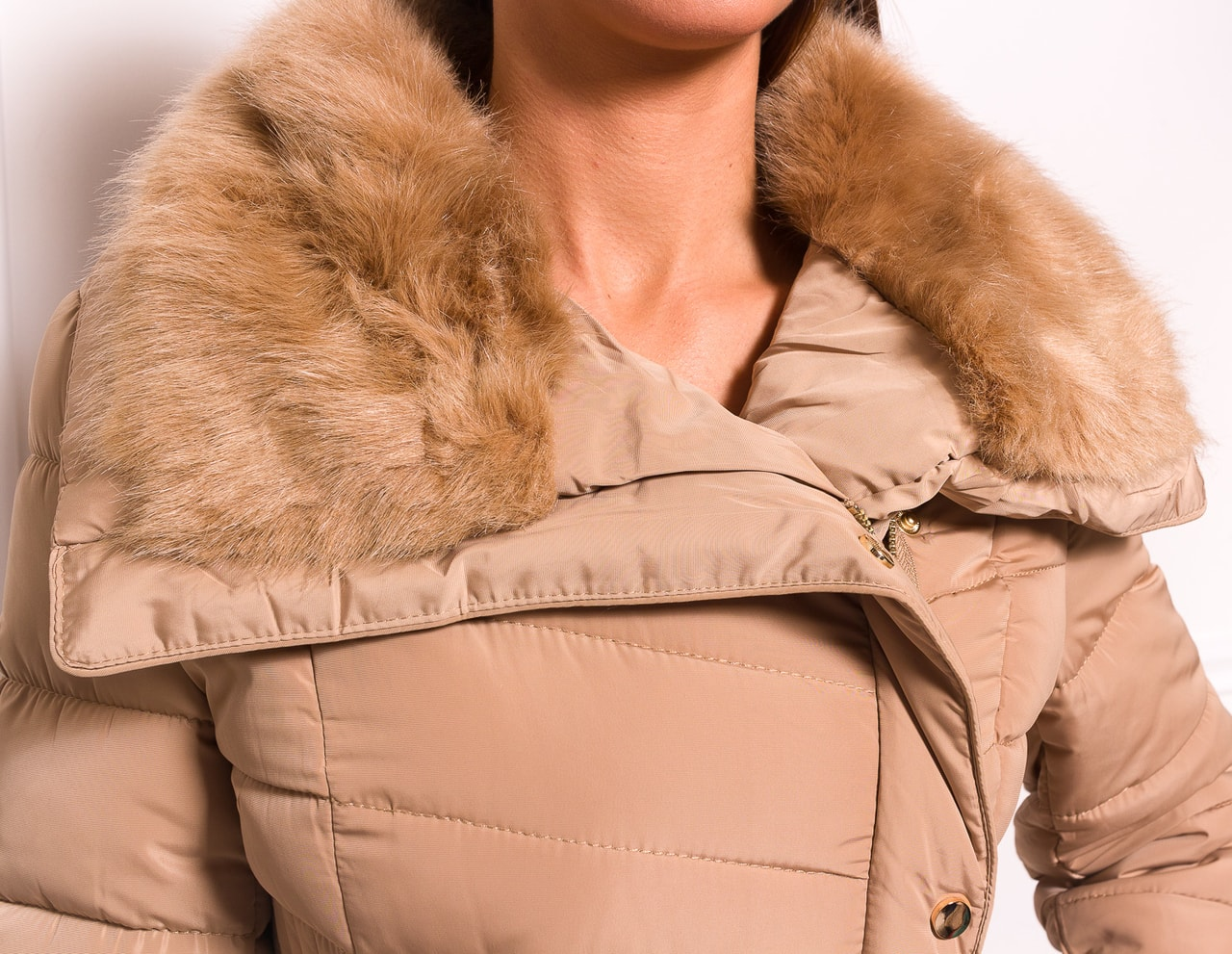 Glamadise.sk - Dámska zimná bunda s gombíkmi a opaskom - béžová ... 4469e55e583