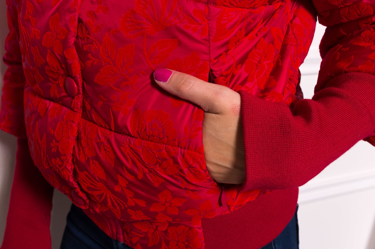 Glamadise.sk - Dámska krátka zimná bunda s lemom a kvetmi - červená ... 5d6499d9452