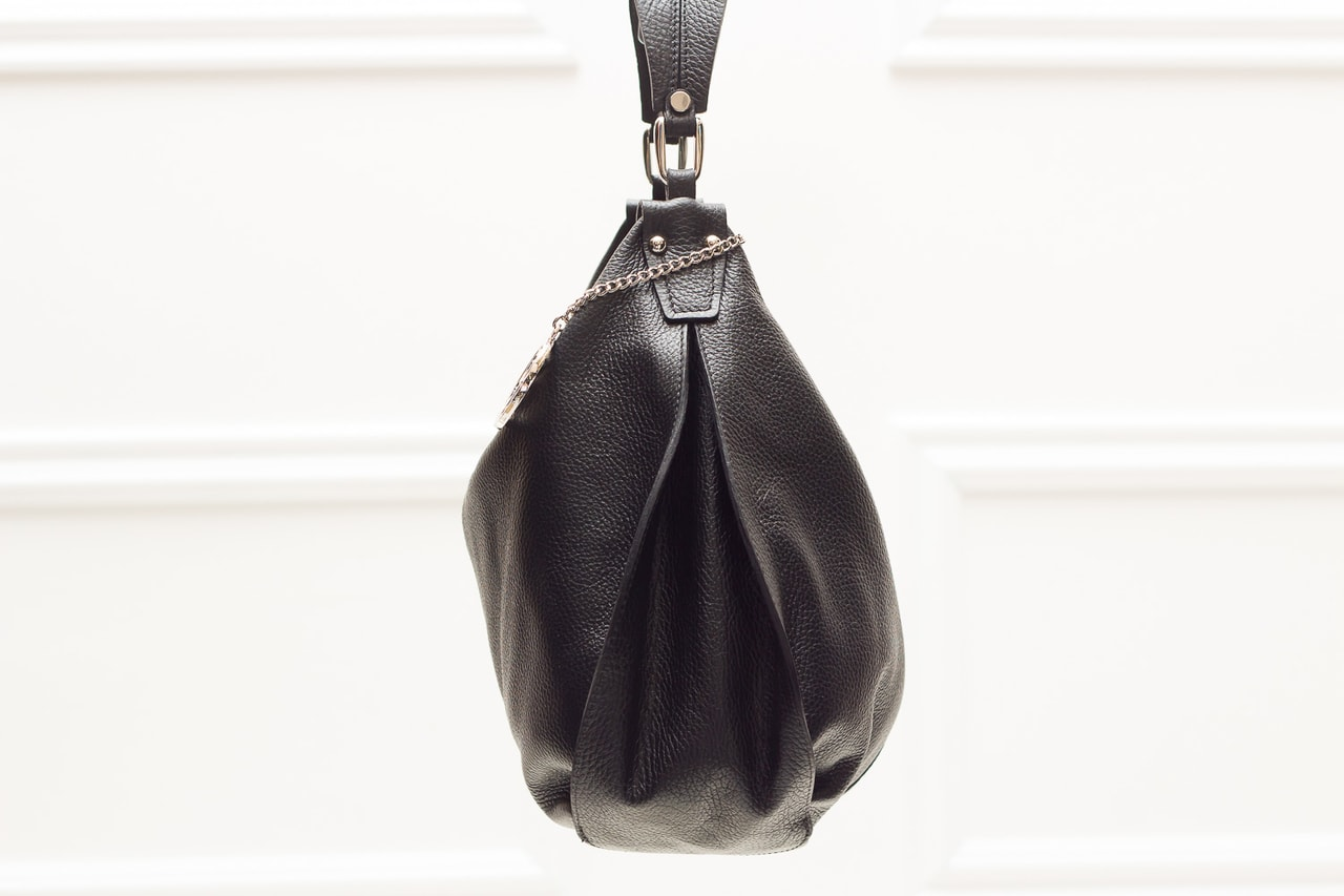 Dámská kožená kabelka přes rameno poutko s volánem - černá ... 8d2ee12b86