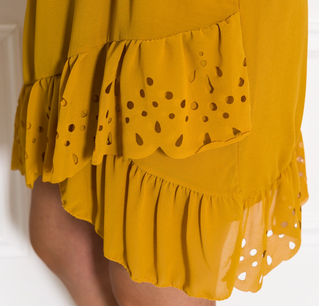 Glamadise.sk - Letné žlté šaty s perforovaným volánom - Glamorous by ... 16765bf6163