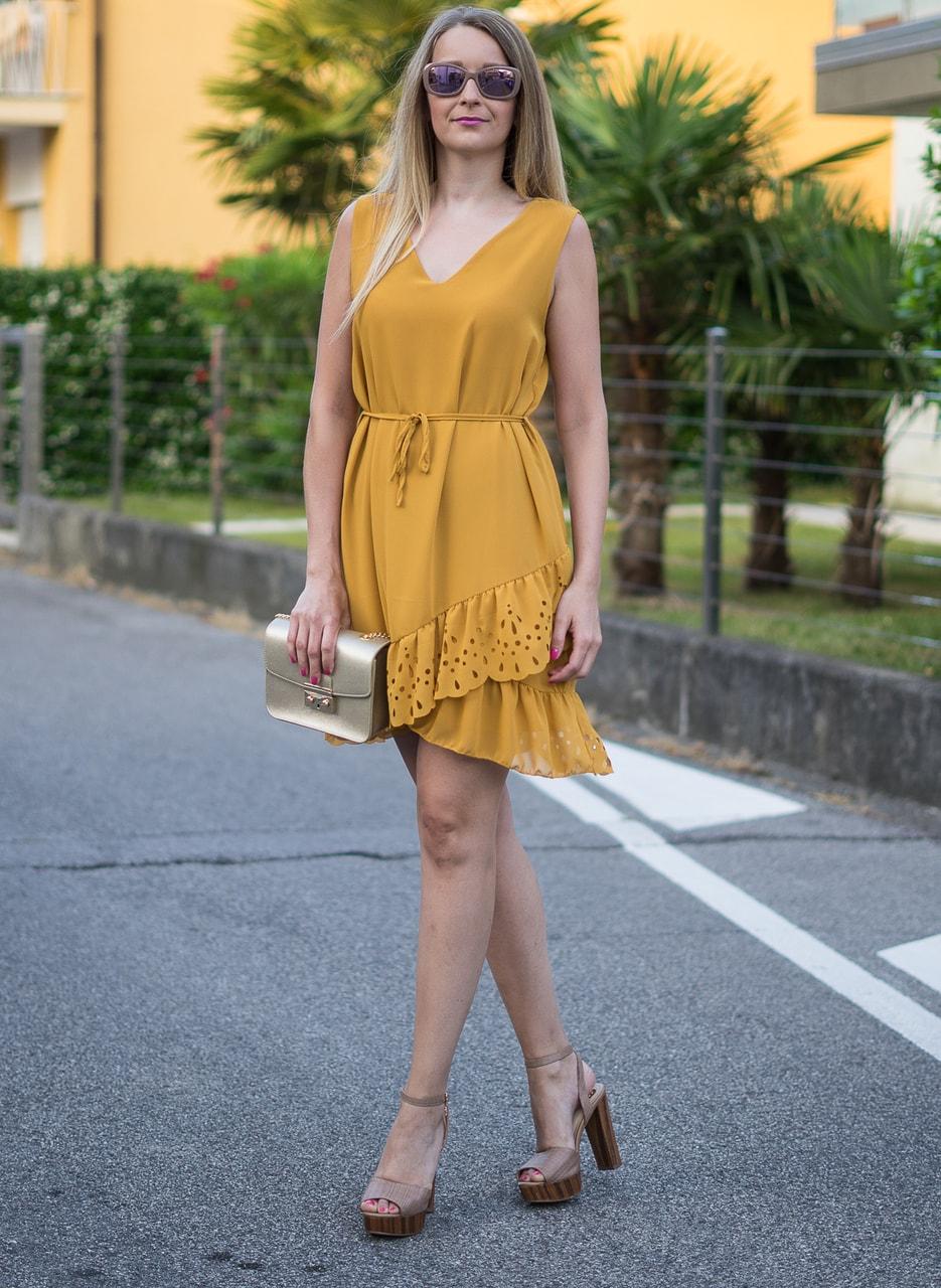 Letní žluté šaty s perforovaným volánem - Glamorous by Glam - Letní ... d4839b3741