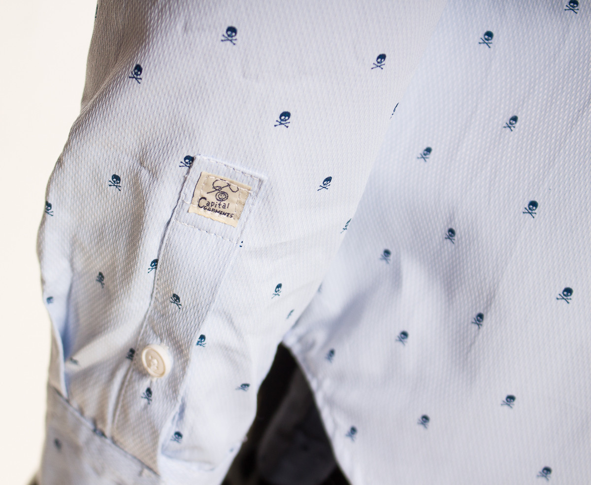 Glamadise.sk - Pánska svetlo modrá košeľa s lebkami bez goliera ... be1aa93c8f
