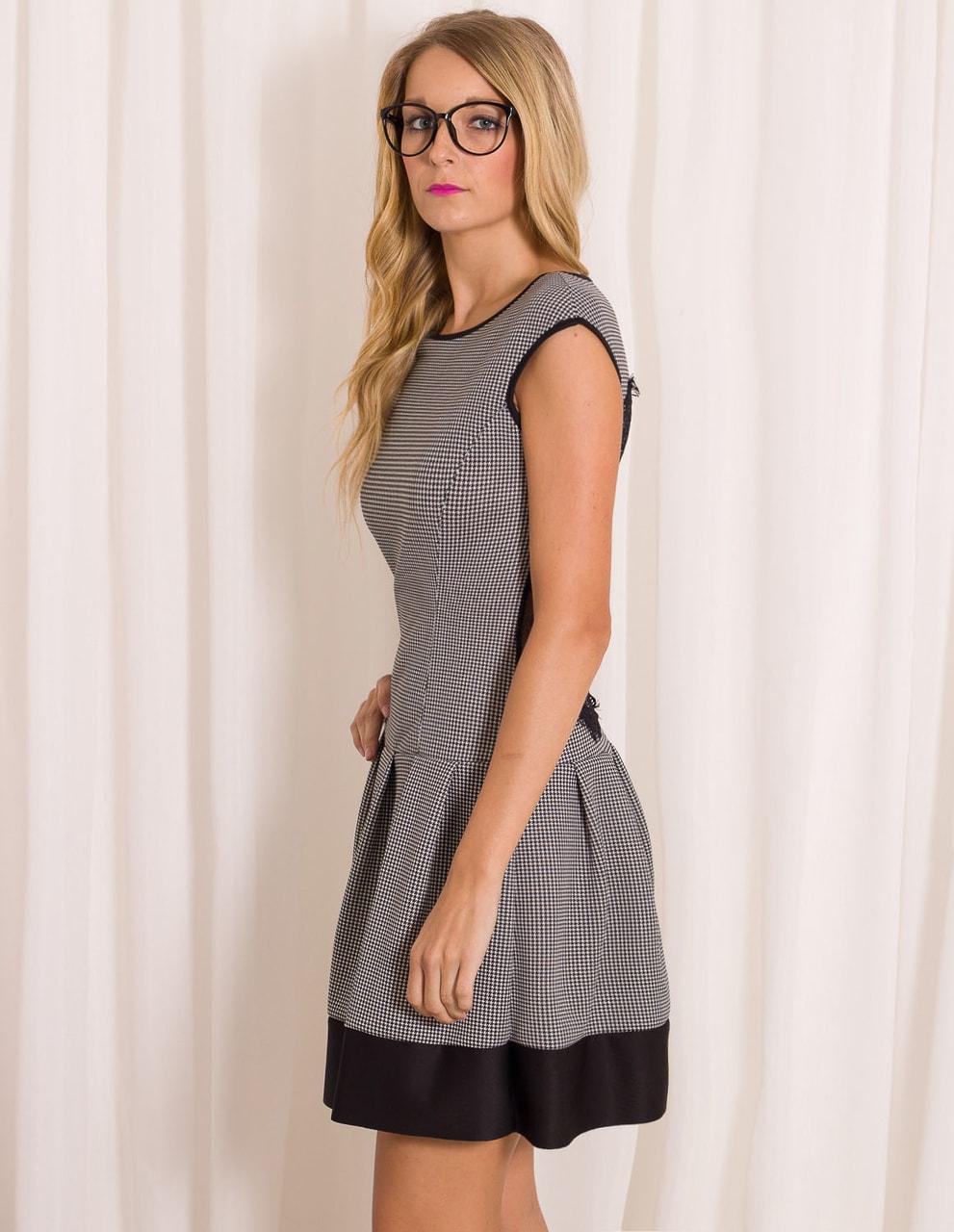 Glamadise.sk - Dámske elegantné šaty s jemným vzorom čierno - biela ... 1325e862dff